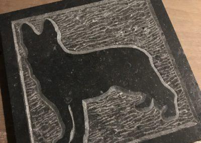 Herdershond, Belgisch hardsteen, 28 x 28 x 2 cm