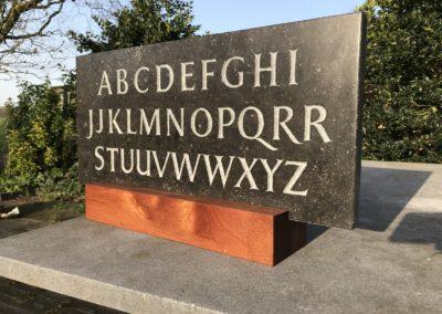 Alfabet, Belgisch hardsteen, 30 x 60 x 3 cm